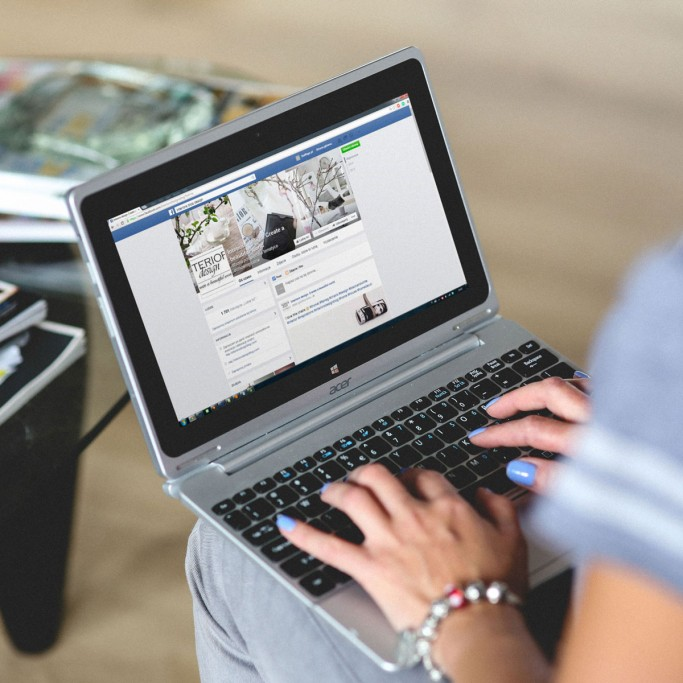 hands-woman-laptop-notebook-1800x1200